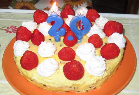 Grazie a mia madre per la bellissima (e buonissima) torta e scuse alla fragola in mezzo che è stata sfregiata dal punto...